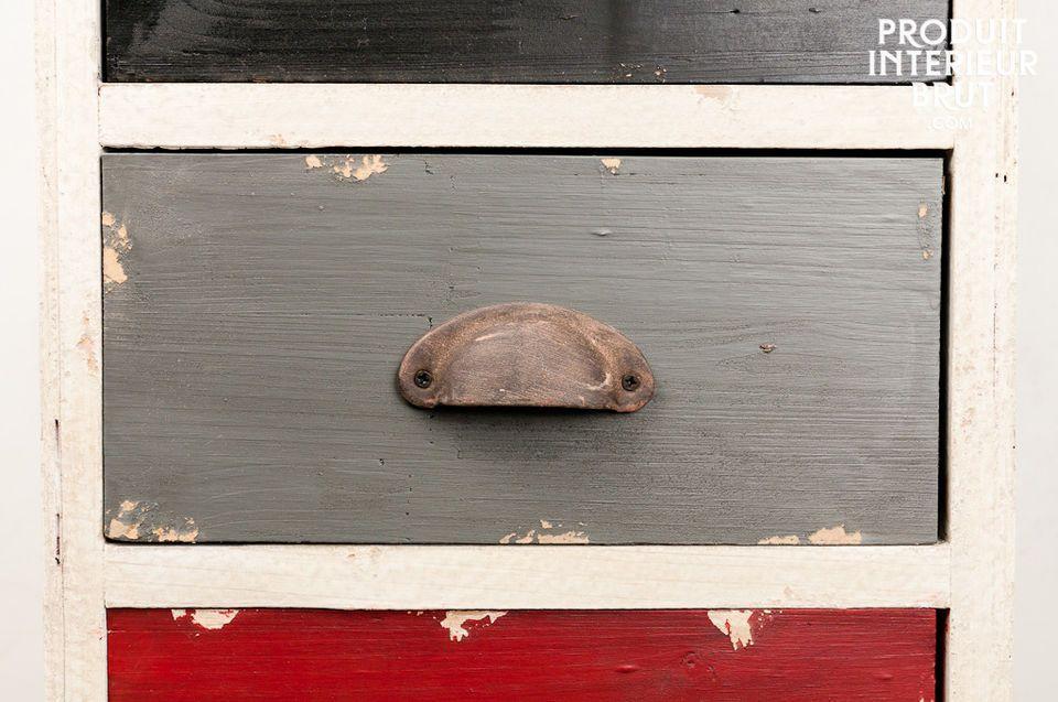 Réalisée tout en bois patiné à la main par plusieurs couches de peinture