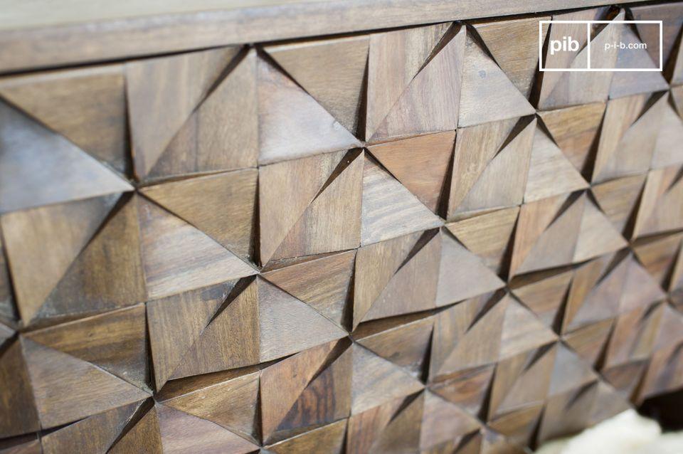 Le style mi-XXème siècle de cette commode tient à la particularité de son design : les triangles