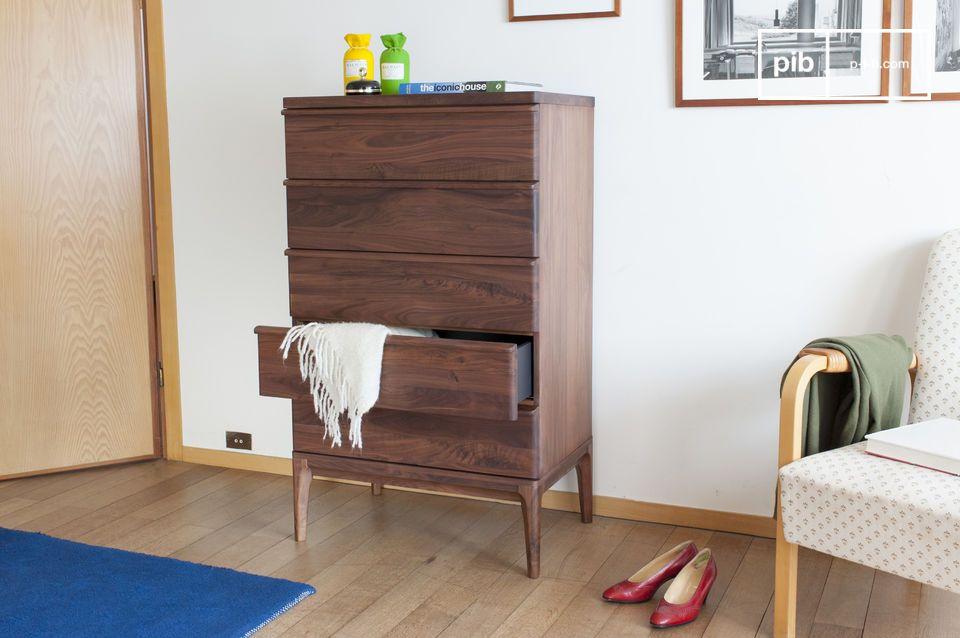 La noblesse du noyer est magnifiée dans ce meuble: la commode à cinq tiroirs Hemët est conçue en