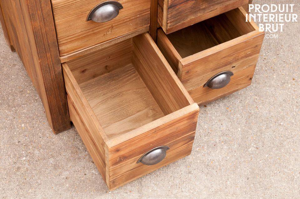 Réalisé tout en bois ancien ciré, cette commode semble sortir tout droit d\'un ancien atelier