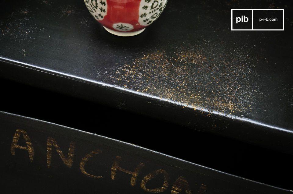 Des noms d\'accessoires de plomberie peints au pinceau participent au style industriel vintage de