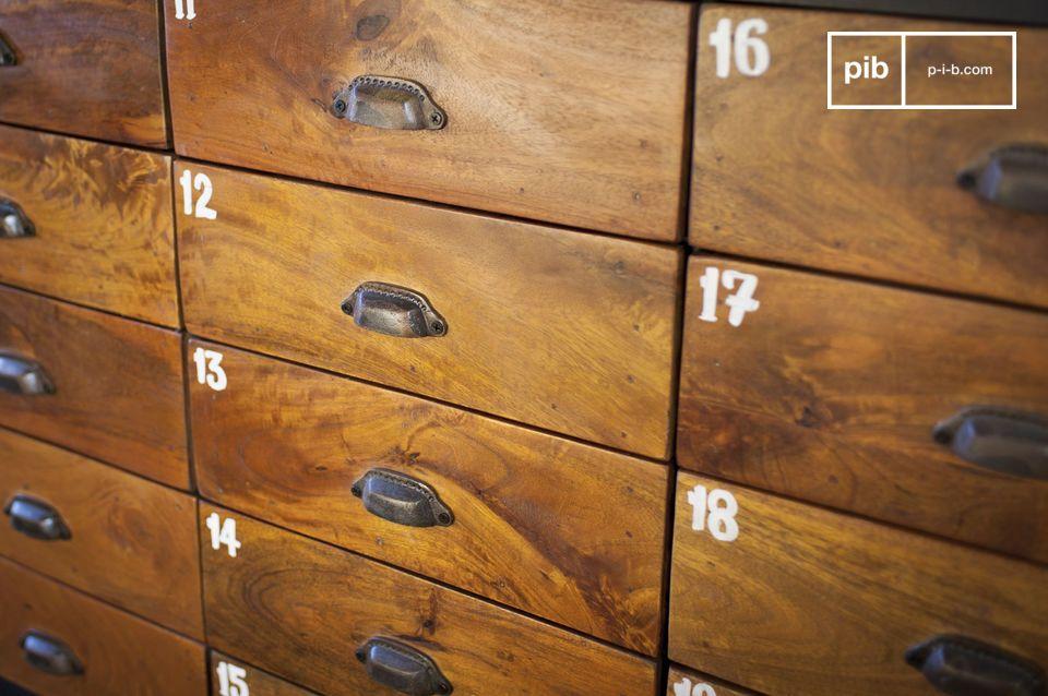 Avec ses 20 tiroirs en bois massif verni qui offrent un beau contraste avec l\'acier de sa structure
