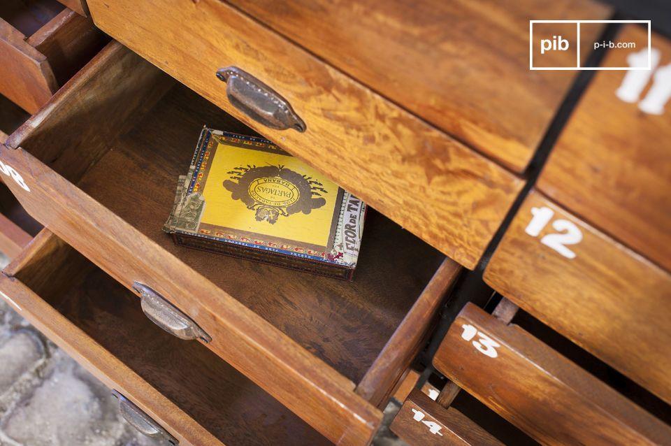 Cette commode aux multiples tiroirs constitue un meuble au charme indéniable