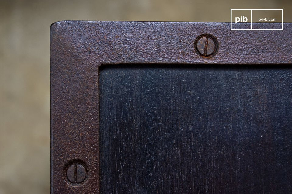 Dotée d\'une robustesse sans faille, cette console bien typé mobilier industriel pourra aussi parfaitement être utilisée comme meuble TV