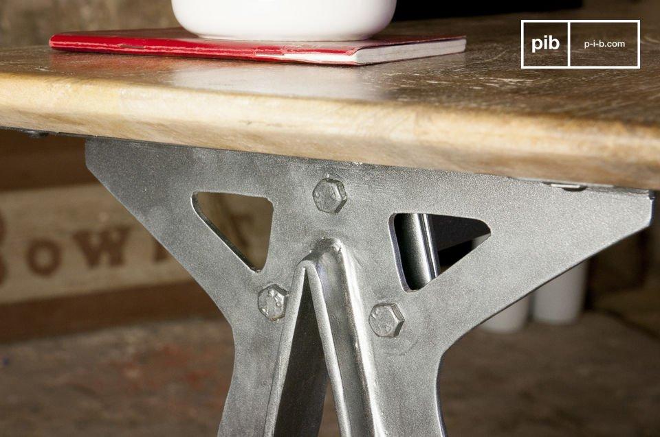 Un meuble industriel alliant métal et bois massif