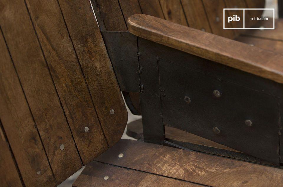 Un siège double robuste et bien fini, en bois massif verni sur une structure métallique patinée