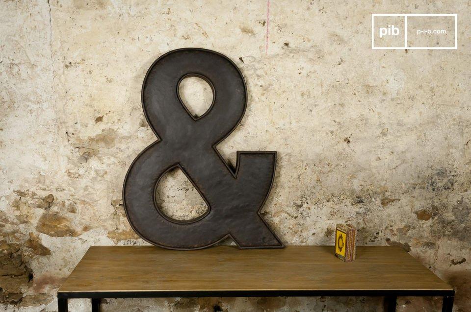 Une lettre décorative de près d'un mètre de haut