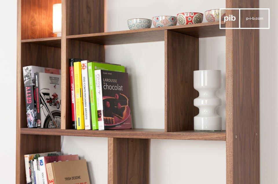 Une étagère à utiliser pour le rangement de livres et autres objets décoratifs