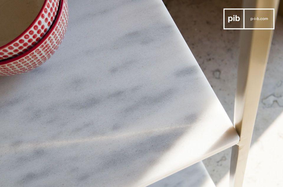 Ses finitions sont raffinées: le marbre est délicatement nervuré de gris et recouvert d\'un