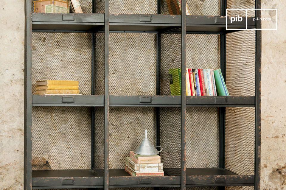 Une étagère typiquement dans le style des meubles design de métier du début du XXème siècle