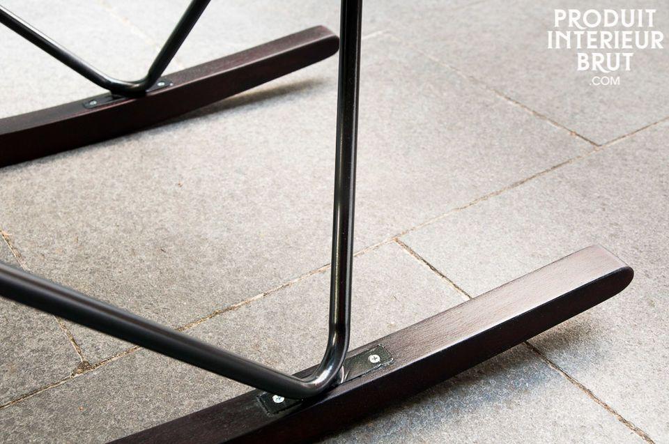 L\'assise repose sur une structure métallique affichant la même couleur noire