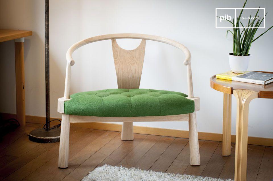 Un fauteuil à trois pieds accueillant et plein de style