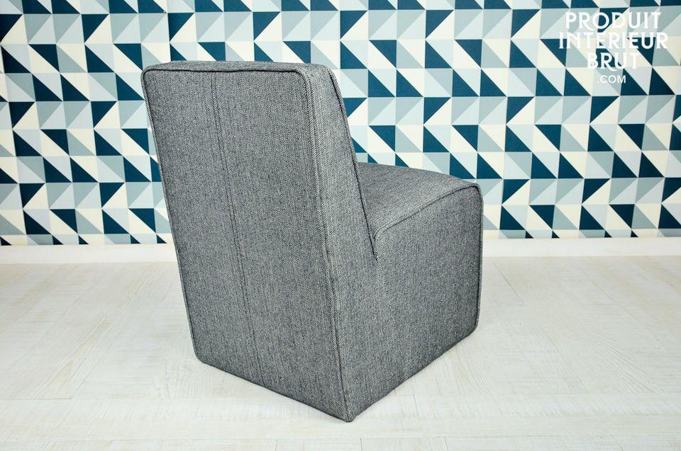 Le tissu gris dont ce fauteuil est couvert participe à son look fifties