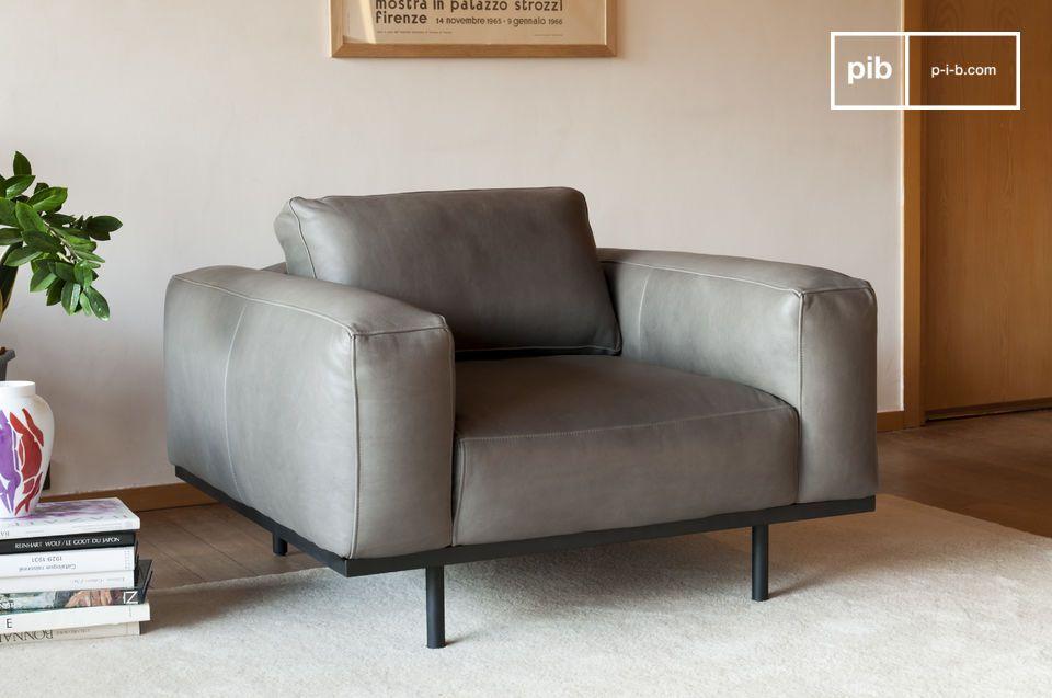 Un fauteuil de caractère en cuir gris, inspiré des modèles des années 60