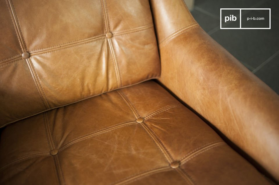 Le reste du fauteuil est entièrement conçu en cuir de vachette pleine fleur et affiche une belle
