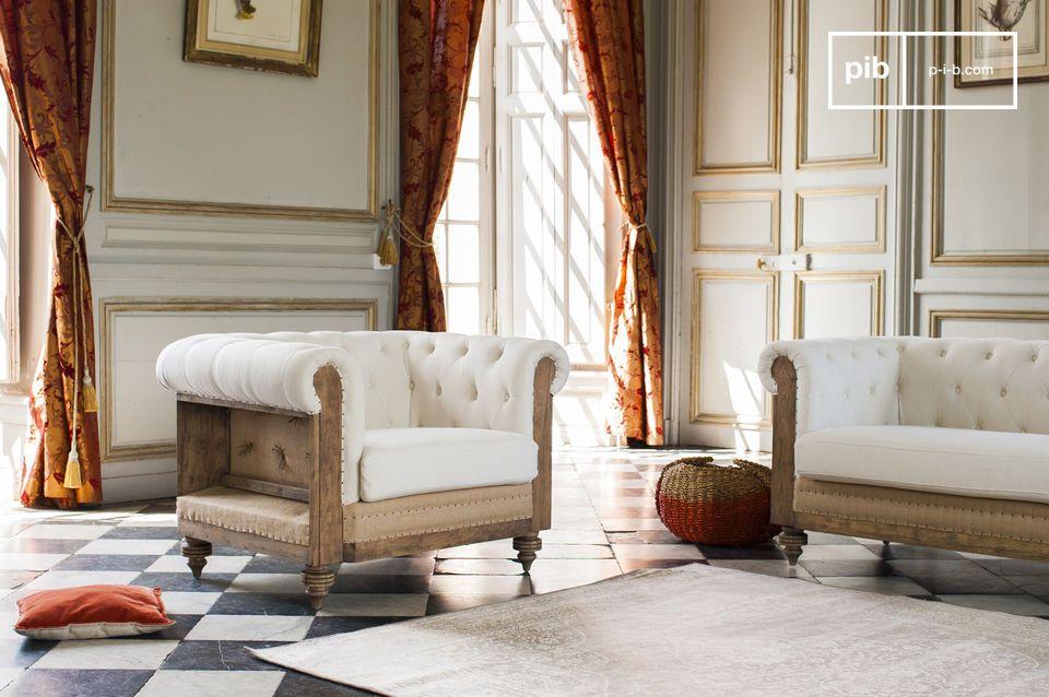 La structure du fauteuil est conçue en bois massif brossé puis patiné