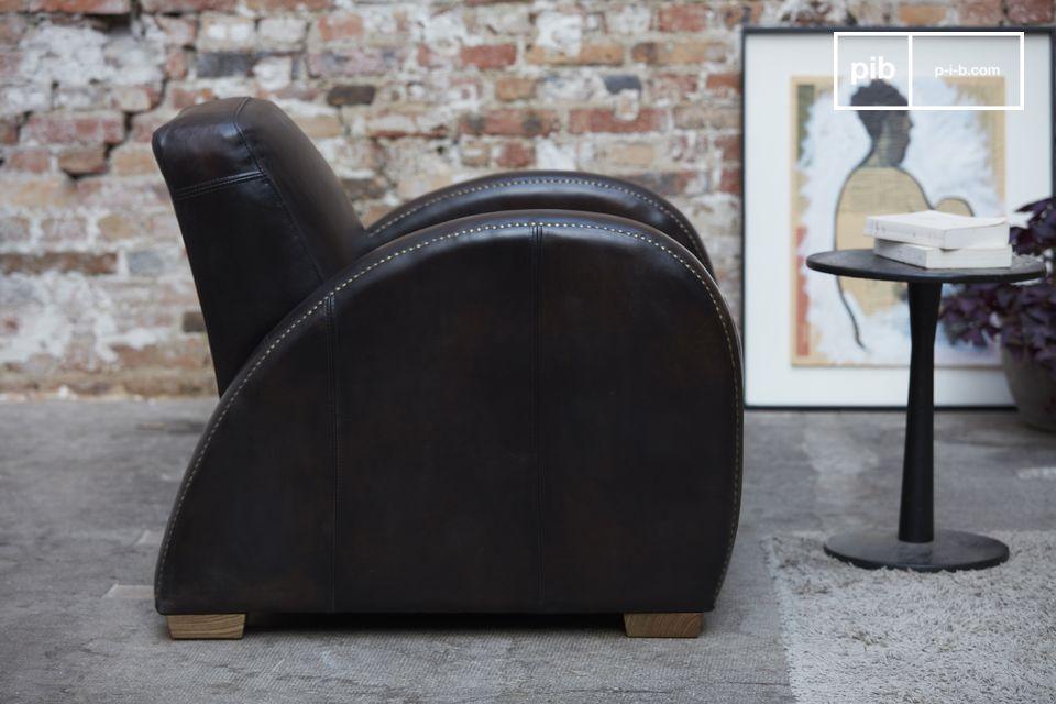 Le fauteuil Rockefeller Espresso se démarque des autres fauteuils clubs par son design très droit