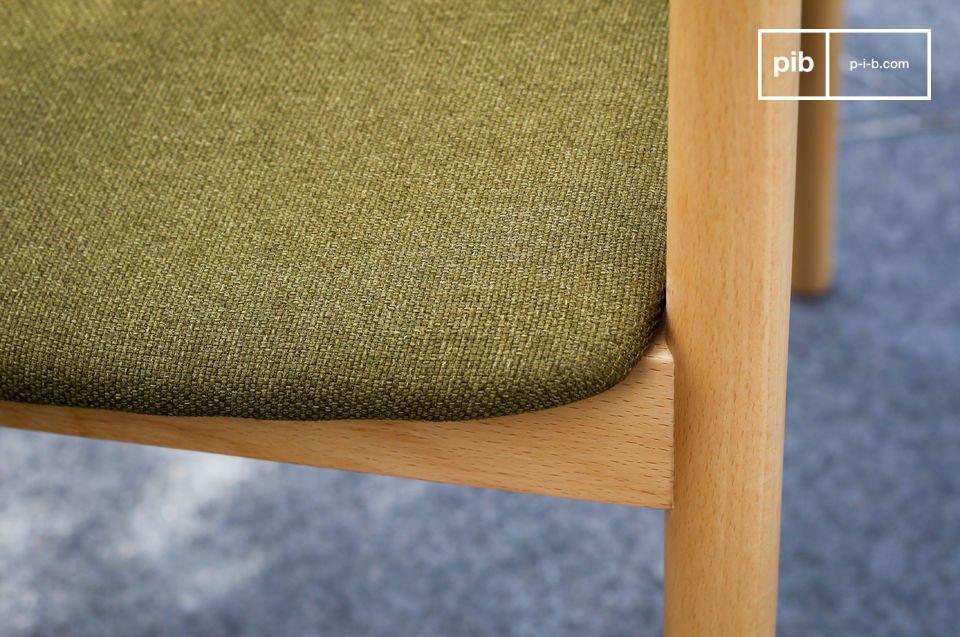 Son assise rembourrée de mousse est couverte d\'un tissu épais dont le vert a été choisi parmi