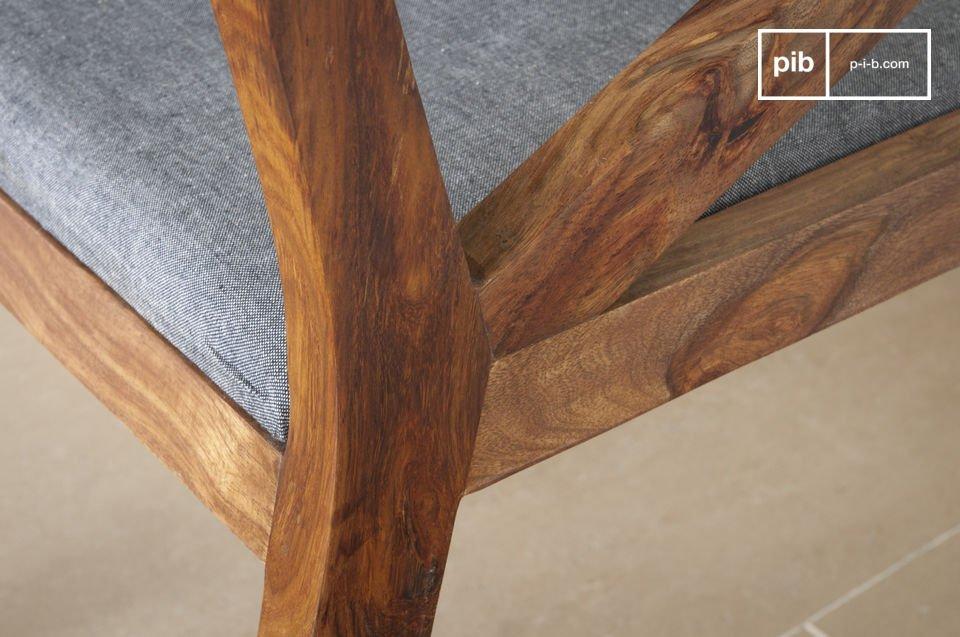 Assise confortable et élégance du bois sombre
