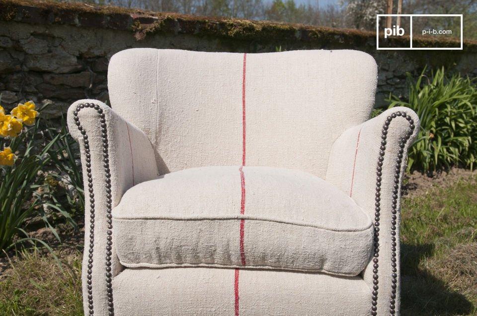 Le liseré rouge donne à son fauteuil une touche moderne