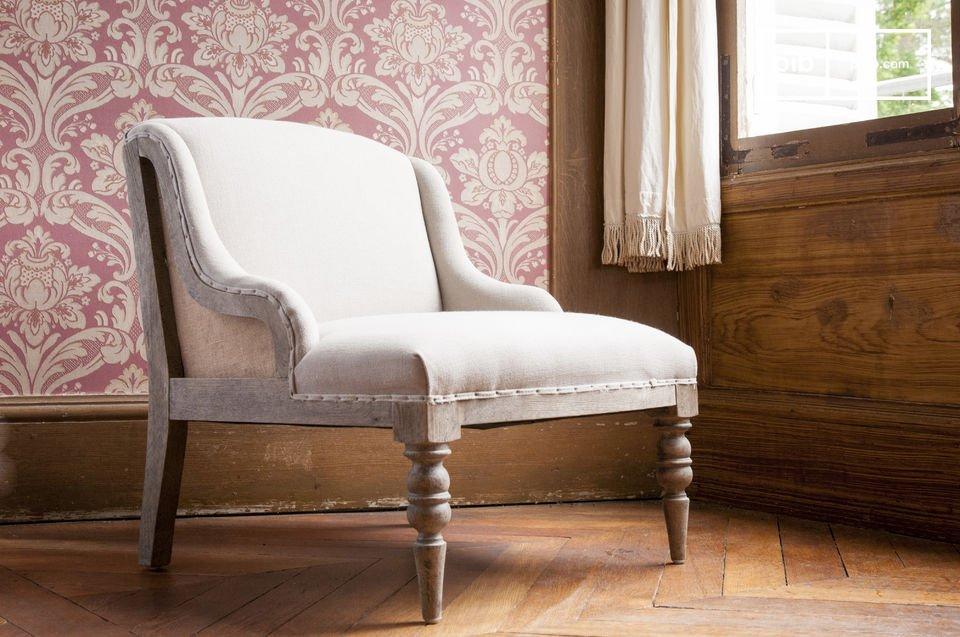 Optez pour un fauteuil associant esprit bohème plein de charme, et aspect déstructuré tendance, avec son châssis en bois visible