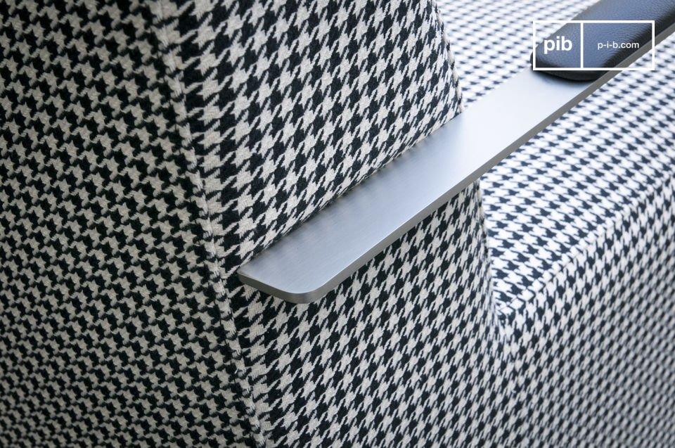 Observez le design unique du fauteuil Elthon : un tissu pied de poule au style rétro