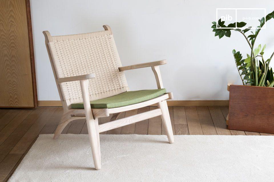 Un fauteuil nature mariant bois blond, rotin tissé et coloris vert olive