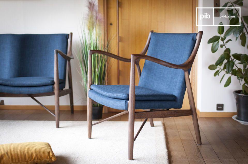 L'élégance discrète d'un fauteuil bleu et bois à l'inspiration rétro