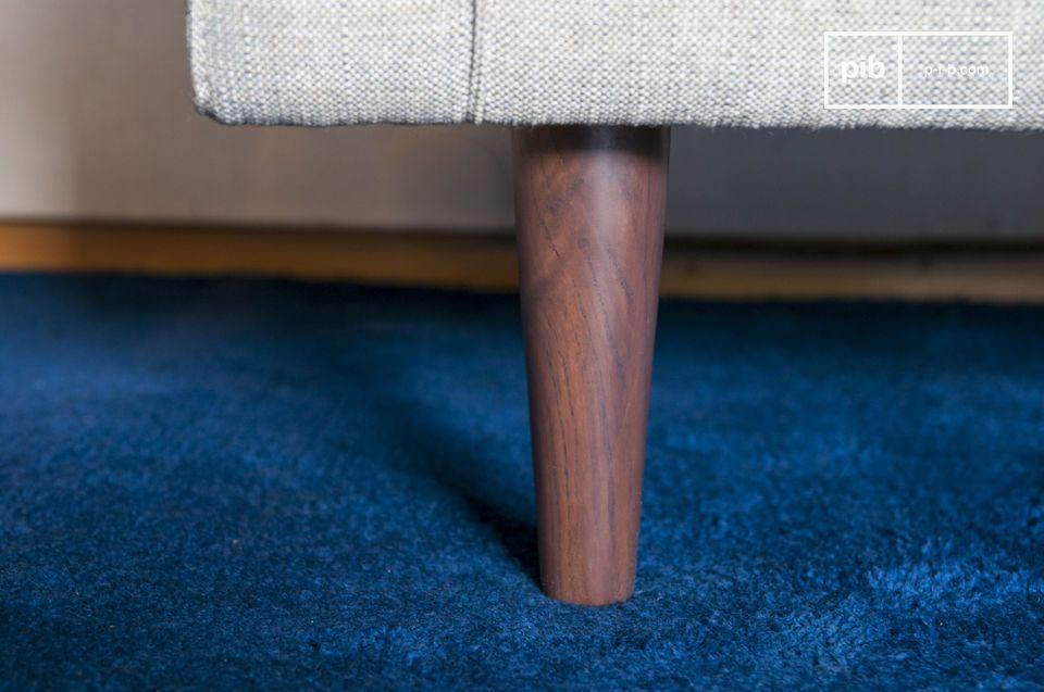Le fauteuil Silkeborg arbore des formes régulières et accueillantes