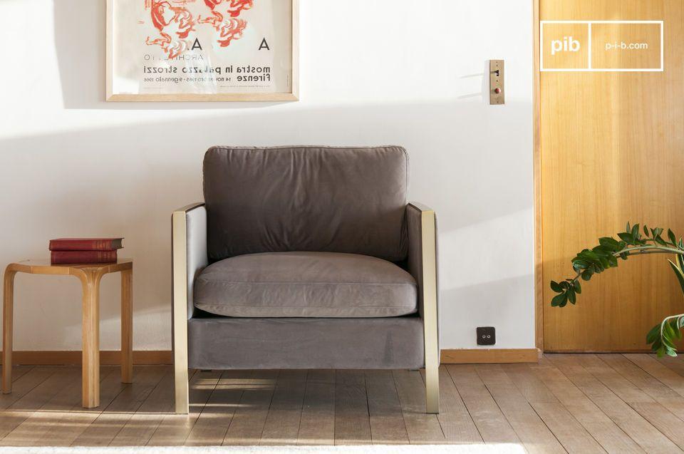Un fauteuil en velours gris aux airs art déco