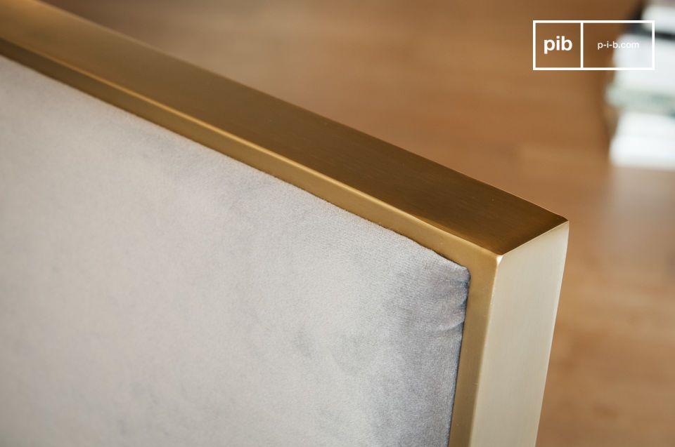 Avec son revêtement en velours gris et sa structure en métal doré