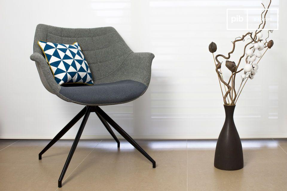 Le fauteuil Grimsson affiche une forme toute en rondeur composée d\'une structure en bois recouverte d\'une mousse épaisse et d\'un tissu gris clair qui devient foncé au niveau de l\'assise et à l\'arrière du dossier