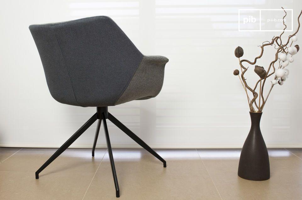 Le fauteuil Grimsson affiche une forme toute en rondeur composée d\'une structure en bois