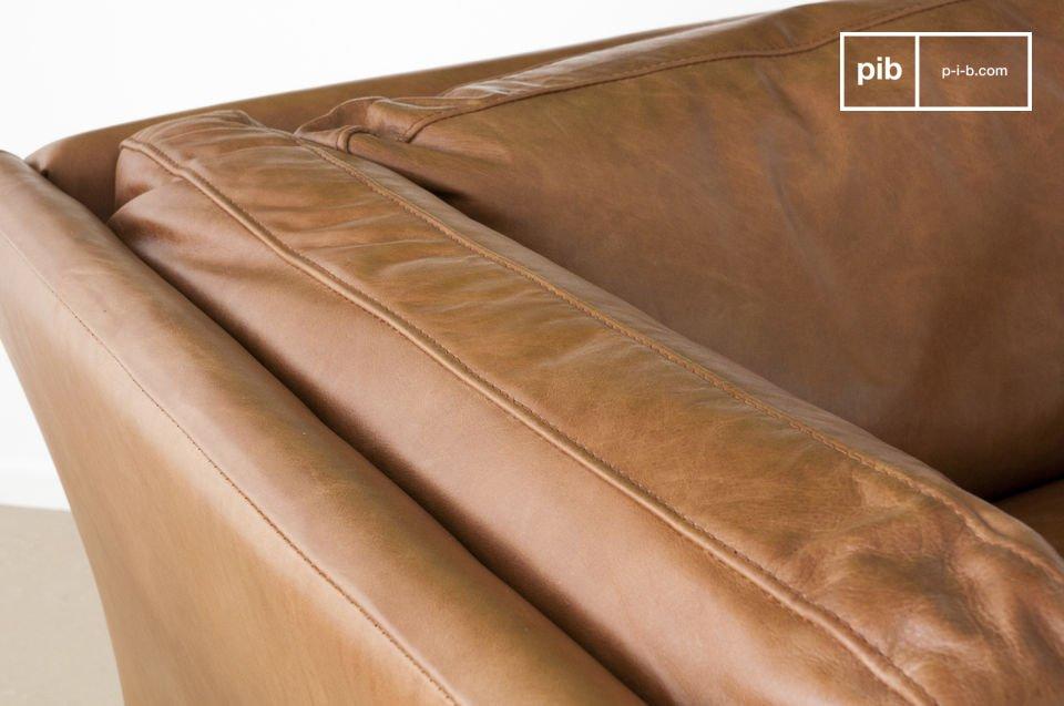 Le confort n\'est pas en reste, avec une assise profonde, montée sur sangles, rembourrée en mousse (23kgs par m3) et fibres souples, de même que les accoudoirs