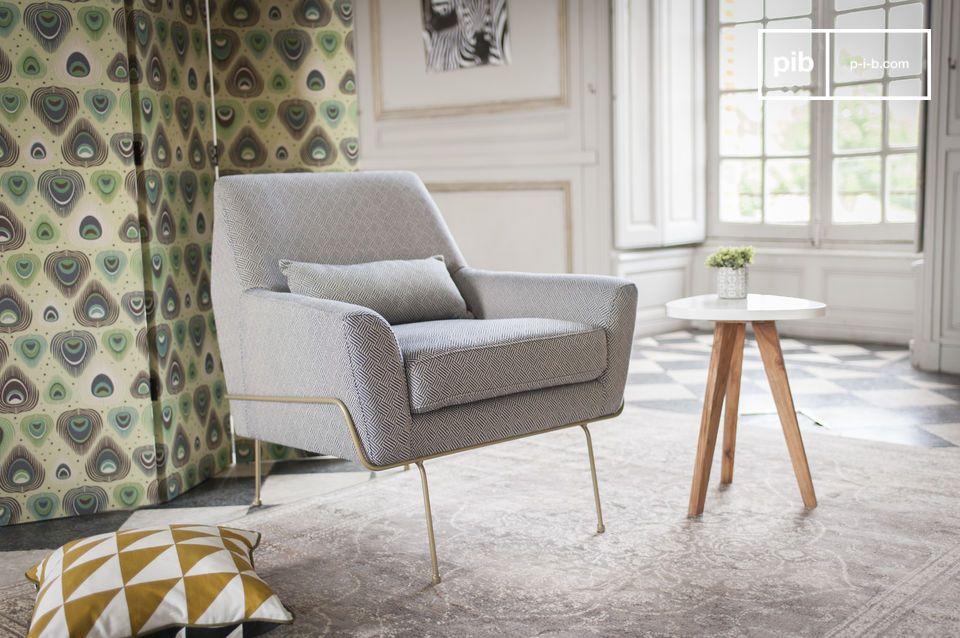 Un fauteuil en tissu typique des années 60 aux motifs rétro