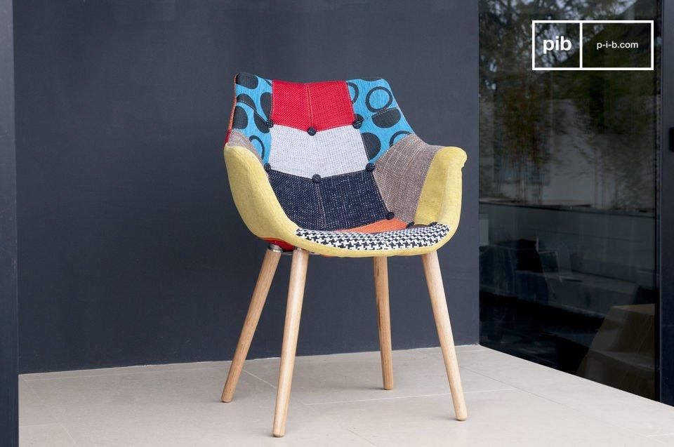 Bien installé sur son piètement en frêne clair, le fauteuil Patchwork affiche chic et originalité
