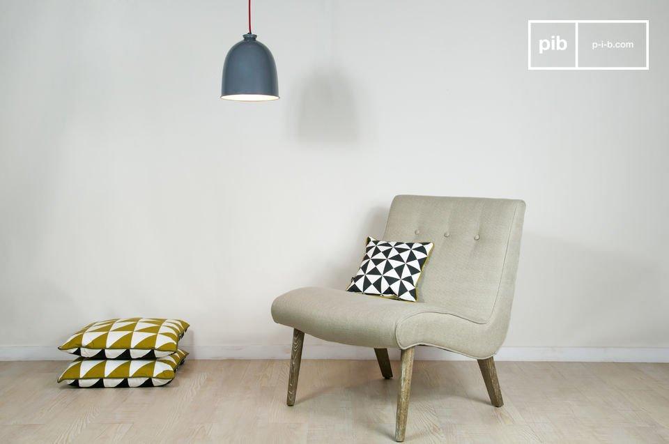 Tout en courbes, ce fauteuil s\'inspire des années 50 pour offrir une assise large et confortable sur une toile beige robuste (tissus à base de lin)