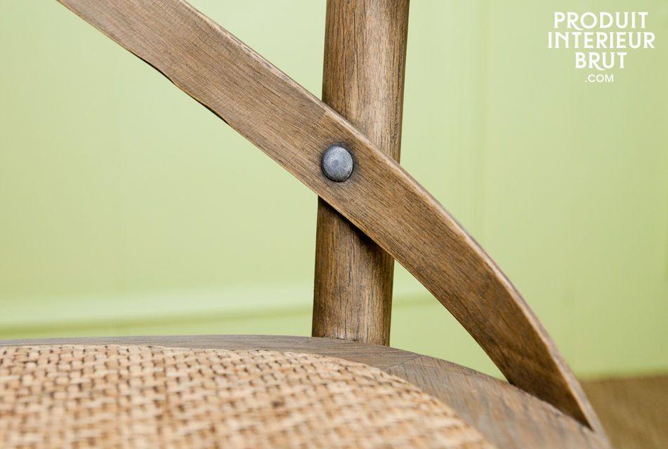 Un fauteuil tout en chêne, au style résolument rétro