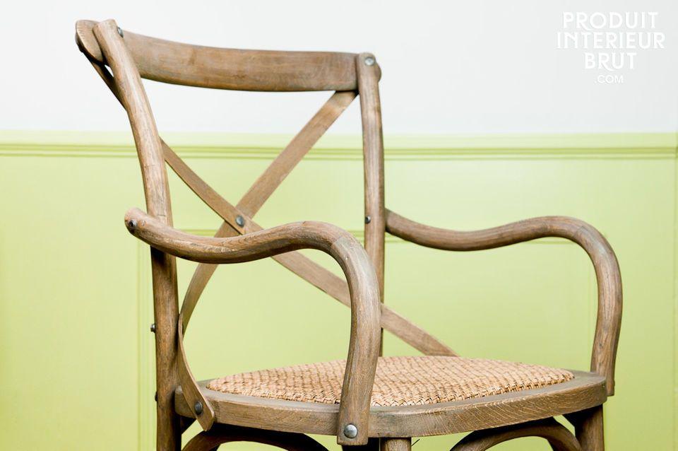 Optez pour ce fauteuil tout en chêne massif, au style authentique et naturel
