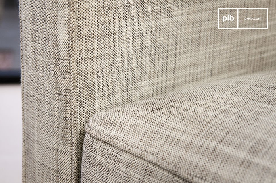 Déhoussable, le fauteuil Svendsen est couvert d\'un tissu beige robuste qui affiche une bonne densité de 440g par m2