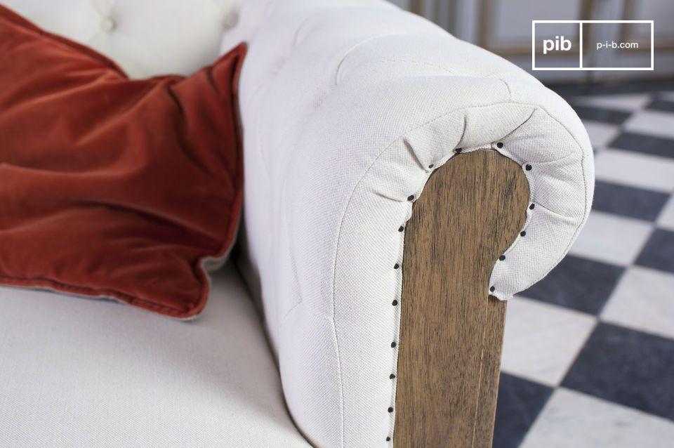 Le grand canapé Chesterfield Montaigu affiche un style rétro bohème qui lui confère un charme