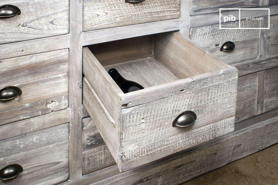 Réalisé tout en bois de sapin ancien recyclé patiné à la main en gris clair mat