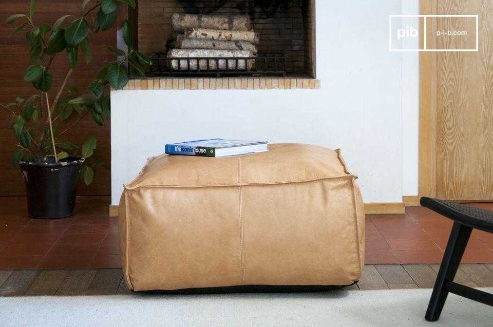 Un grand pouf en cuir chaleureux et confortable