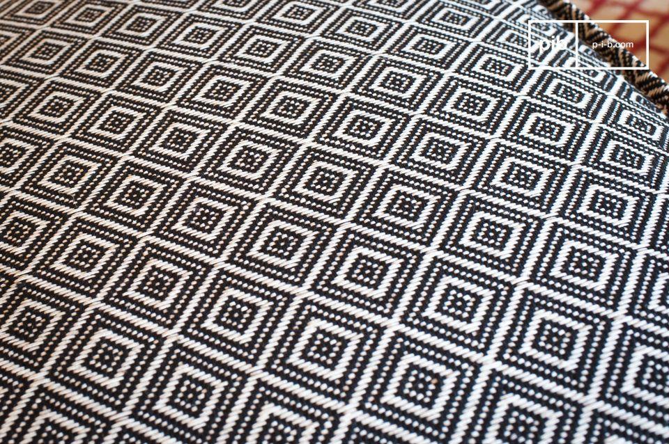 Grâce à son motif géométrique noir et blanc entièrement tissé