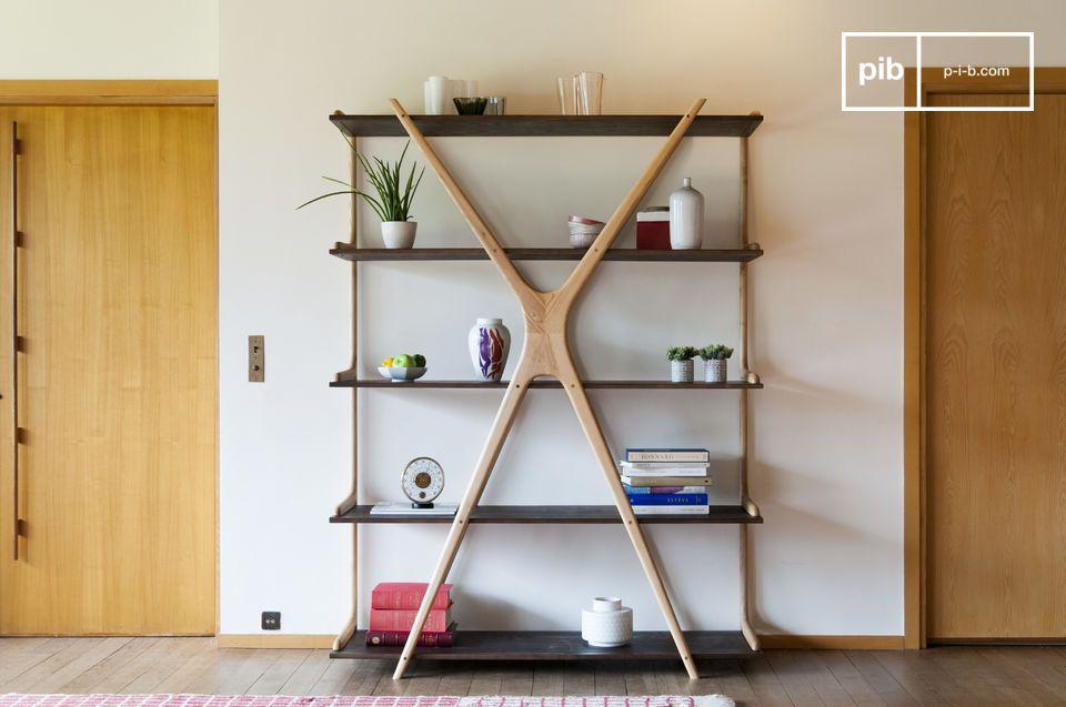 L'originalité d'une grande bibliothèque en bois aux plateaux suspendus