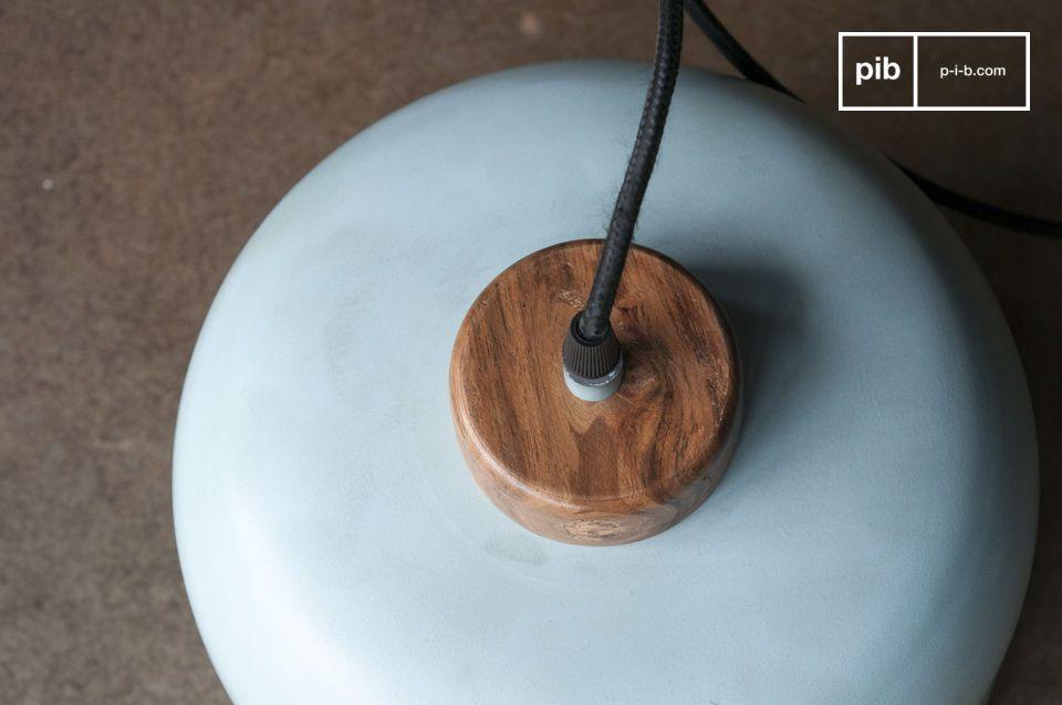 Le support en bois brut verni contraste avec la finesse de l\'abat-jour en métal turquoise pâle
