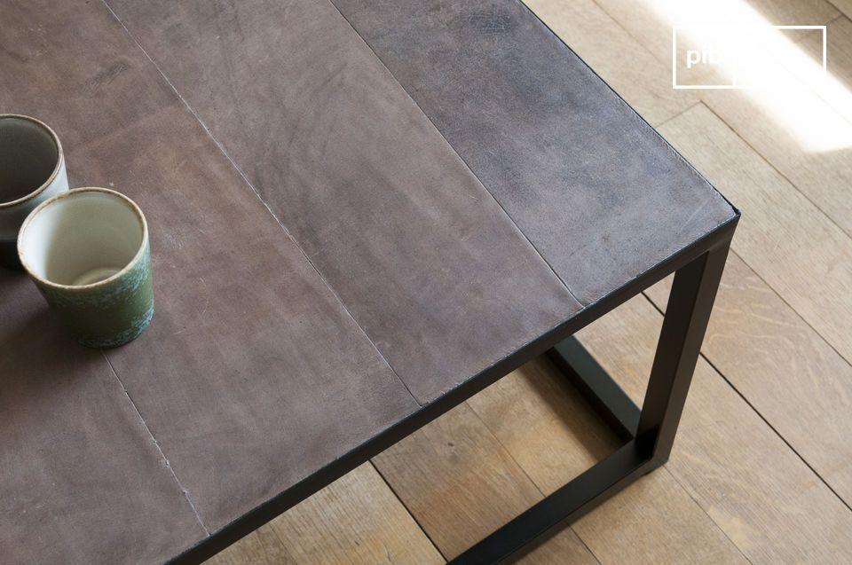 Une table basse longue affichant un esprit industriel chic
