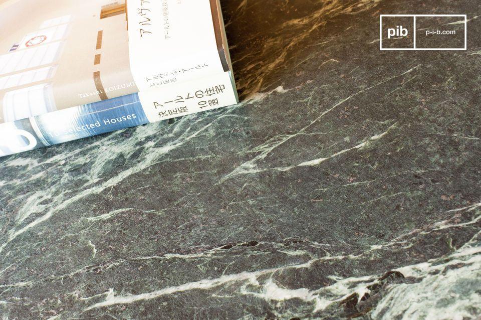 Cette table basse de belles dimensions associe l\'élégance et la préciosité du marbre aux lignes
