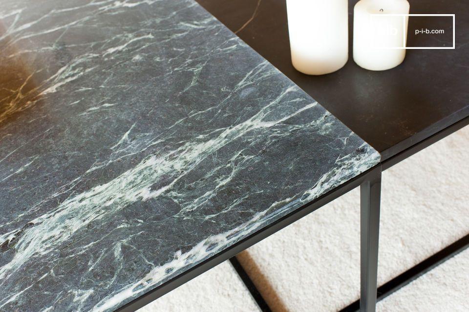 La structure métallique noire se marie avec le vert profond et nervuré du marbre