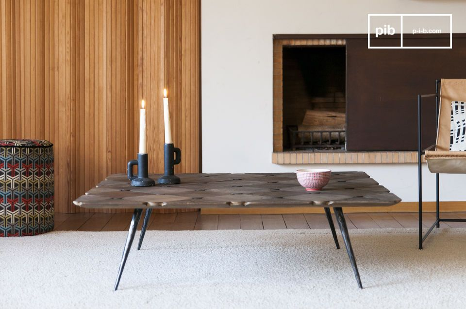 Une grande table basse en beaux damiers de bois